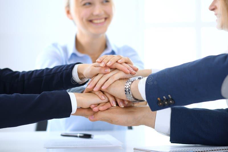 一起显示团结用他们的手的企业队 人加入的手和代表概念  库存照片