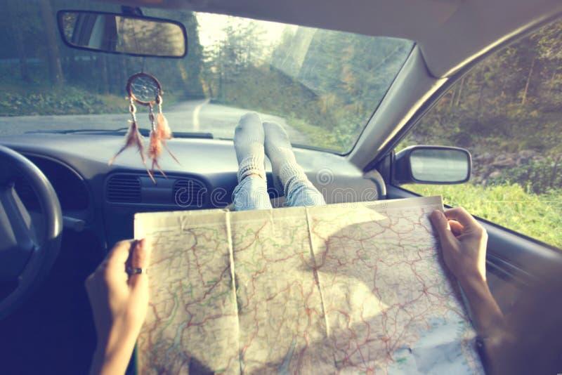 一起朋友为寻找在地图的一次新的冒险正确的方式 免版税库存图片