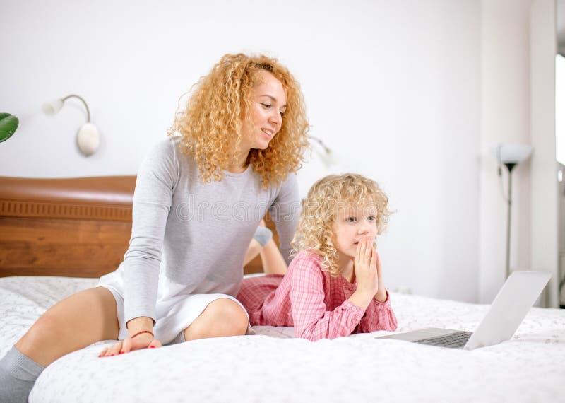 一起浏览网的母亲和女儿 免版税库存照片