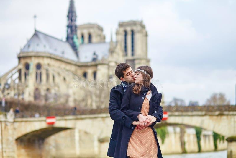 一起浪漫夫妇在巴黎 免版税图库摄影