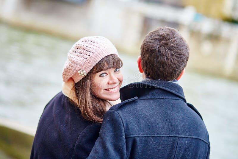 一起浪漫夫妇在巴黎 免版税库存图片