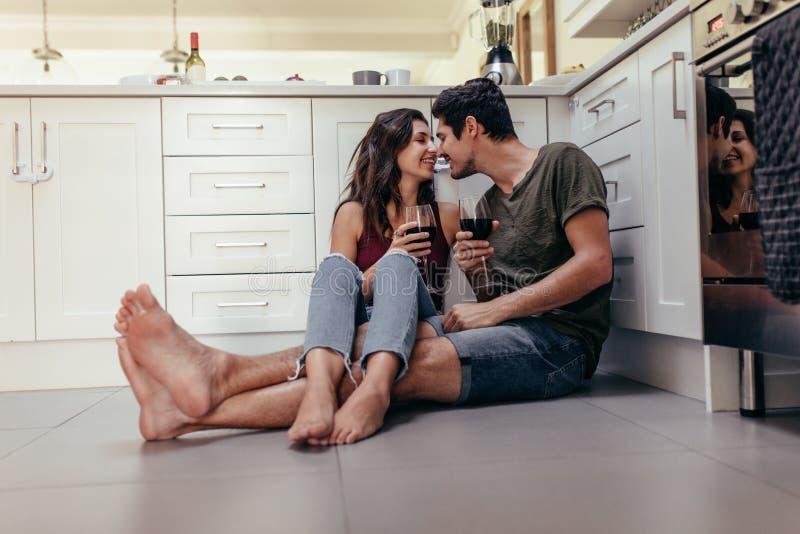 一起浪漫夫妇消费时间 库存照片