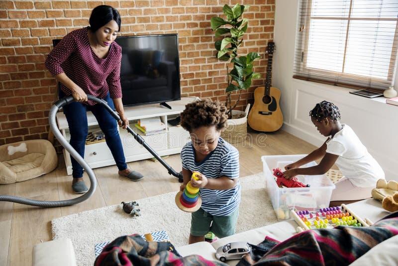 一起清洗房子的黑家庭 免版税图库摄影