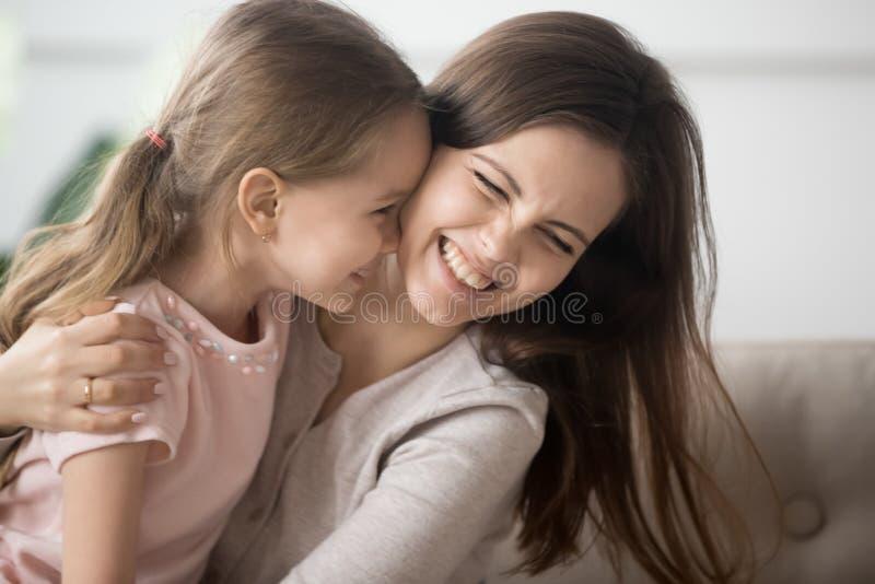 一起演奏与女儿容忍她获得的笑的母亲乐趣 免版税库存图片