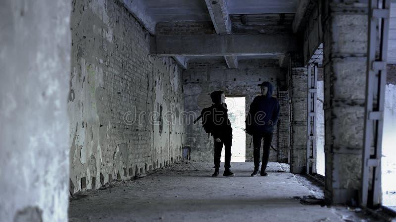 一起漫步在废墟,共同利益,友谊中的少年朋友 库存图片