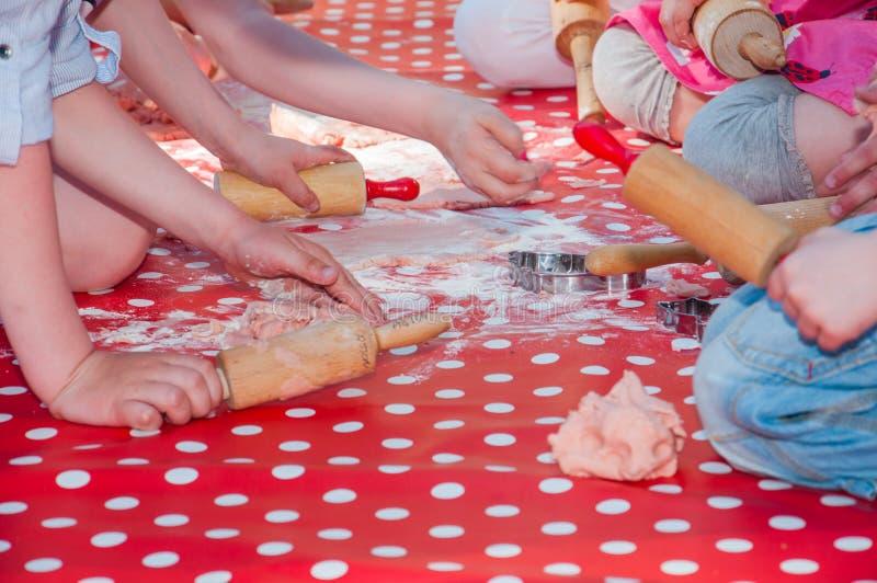 一起烘烤曲奇饼的孩子室外 图库摄影