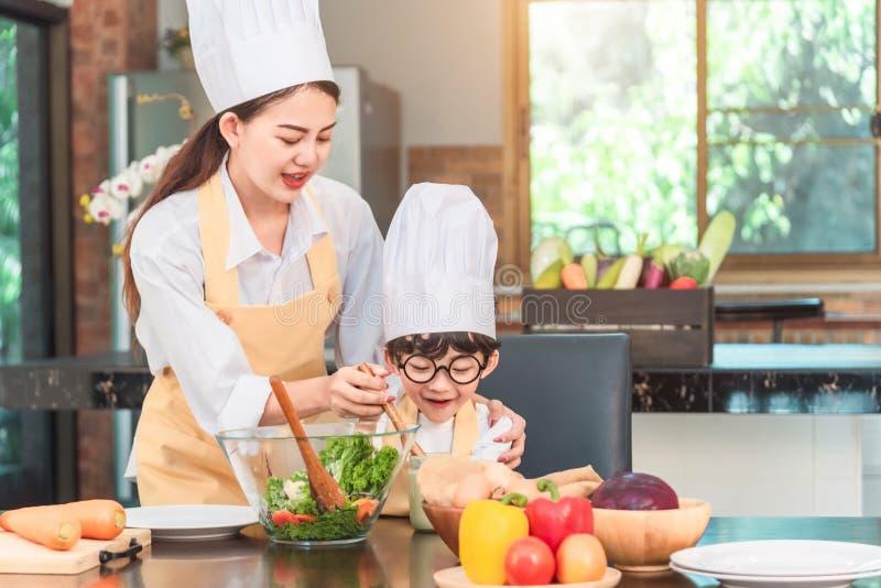 一起烹调为的母亲和儿童女儿做晚餐的面包 免版税库存图片