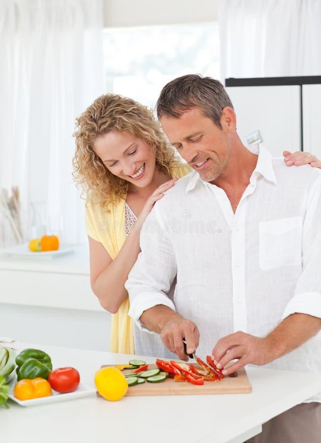 一起烹调在他们的厨房里的夫妇 库存照片