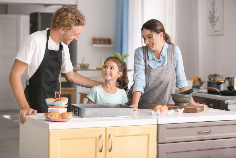 一起烹调在厨房里的幸福家庭 库存图片