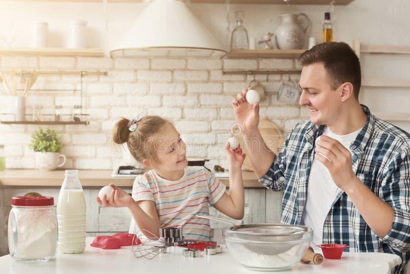 一起烹调在厨房里的愉快的家庭 免版税库存照片