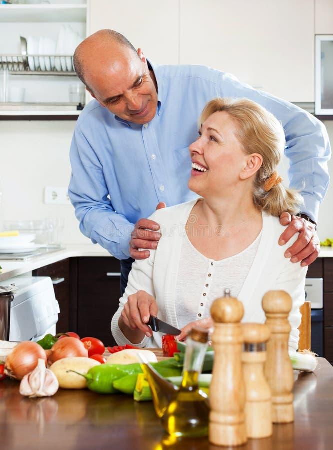 一起烹调在厨房里的资深夫妇 库存图片