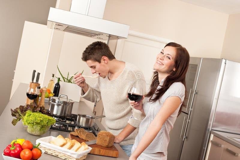 一起烹调夫妇厨房年轻人 免版税库存照片