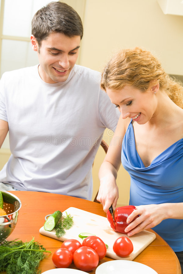 一起烹调夫妇年轻人 库存照片