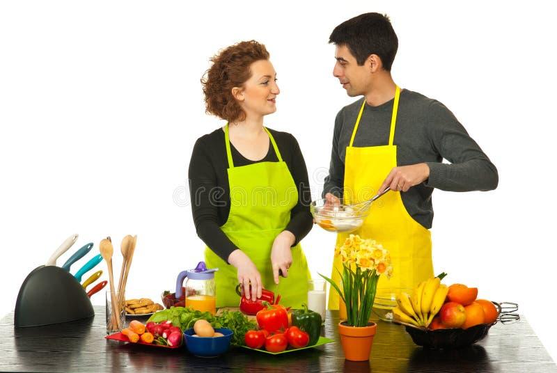 一起烹调愉快的夫妇 免版税库存图片