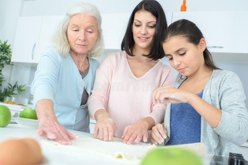 一起烹调愉快的家庭三的世代 免版税库存照片
