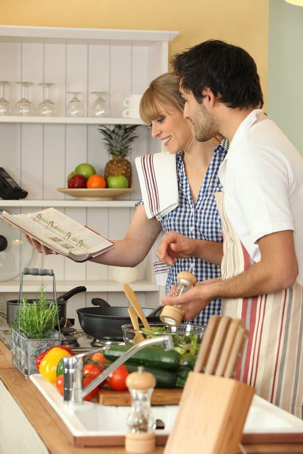 一起烹调的夫妇 库存图片