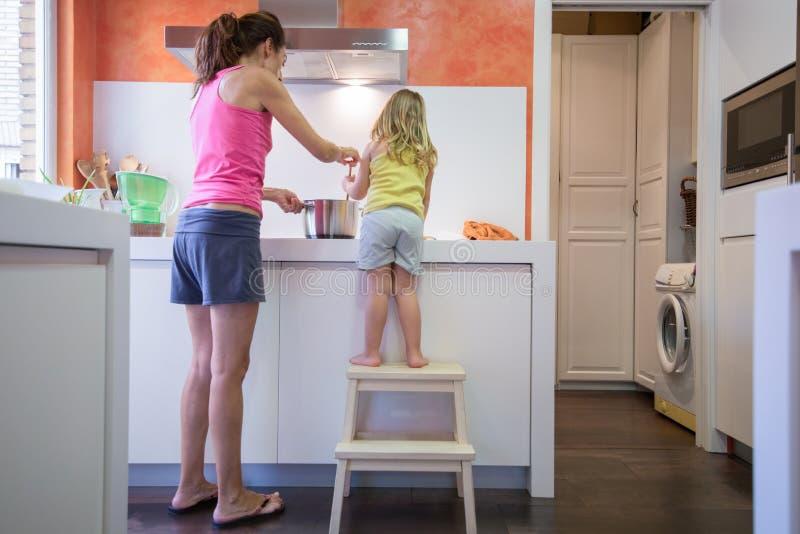 一起烹调的母亲和的孩子 免版税库存照片