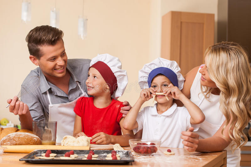 年轻一起烹调的父母 库存图片