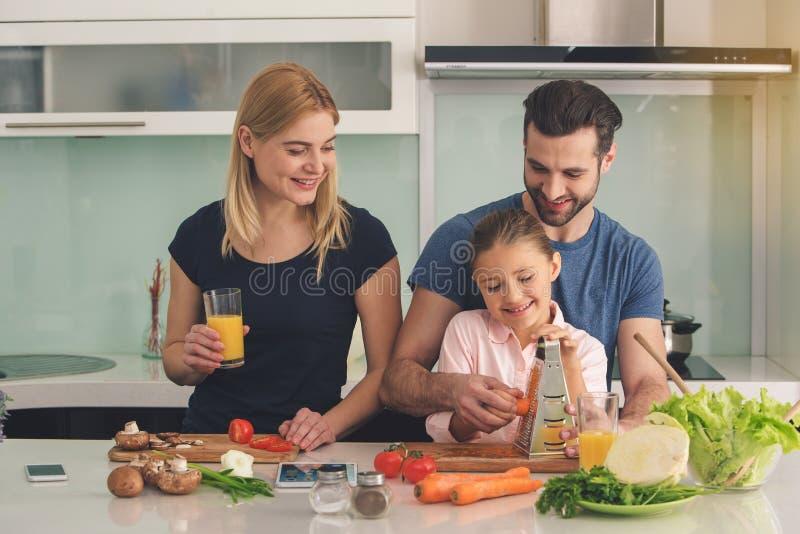 一起烹调膳食食物配制的家庭室内 库存照片