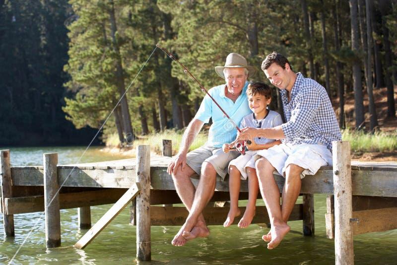一起父亲、儿子和孙子捕鱼 图库摄影
