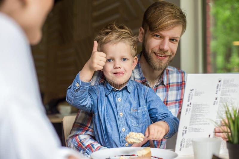 一起父亲和儿子在咖啡馆 家庭 日父亲s 库存图片
