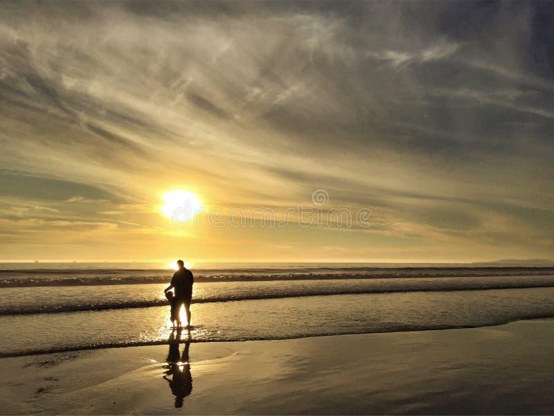 一起父亲和儿子在海滩 免版税库存图片