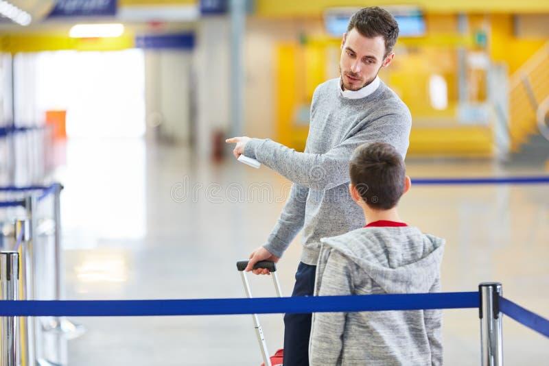 一起父亲和儿子飞行在度假 库存图片