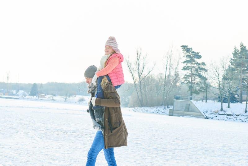 一起父亲和孩子在冬天 免版税库存照片