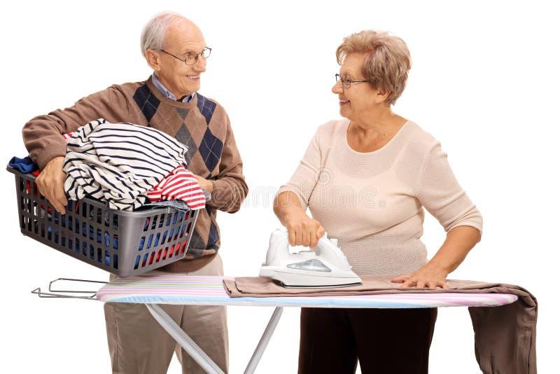 一起电烙和看彼此的资深夫妇 免版税库存照片
