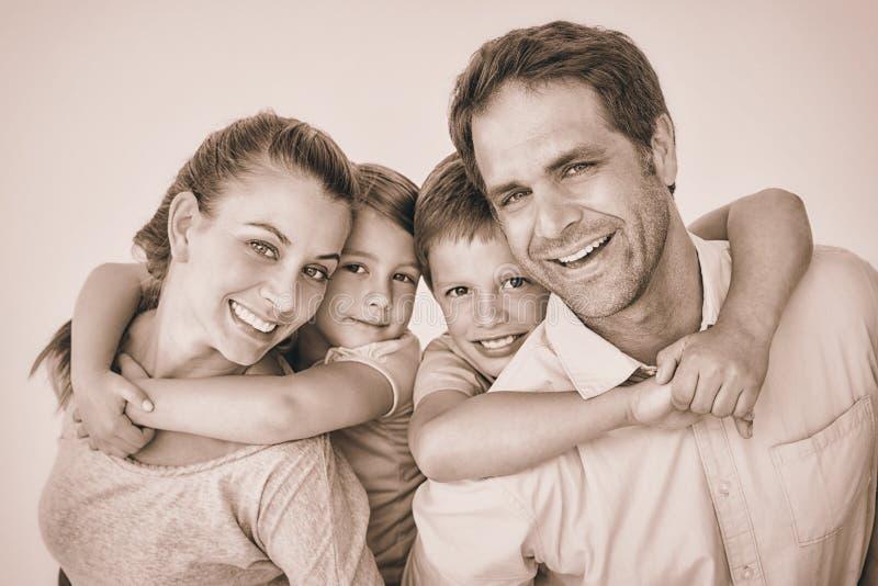 一起看照相机的微笑的年轻家庭 库存例证