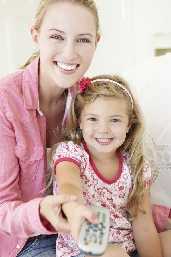 一起看电视的母亲和女儿 图库摄影