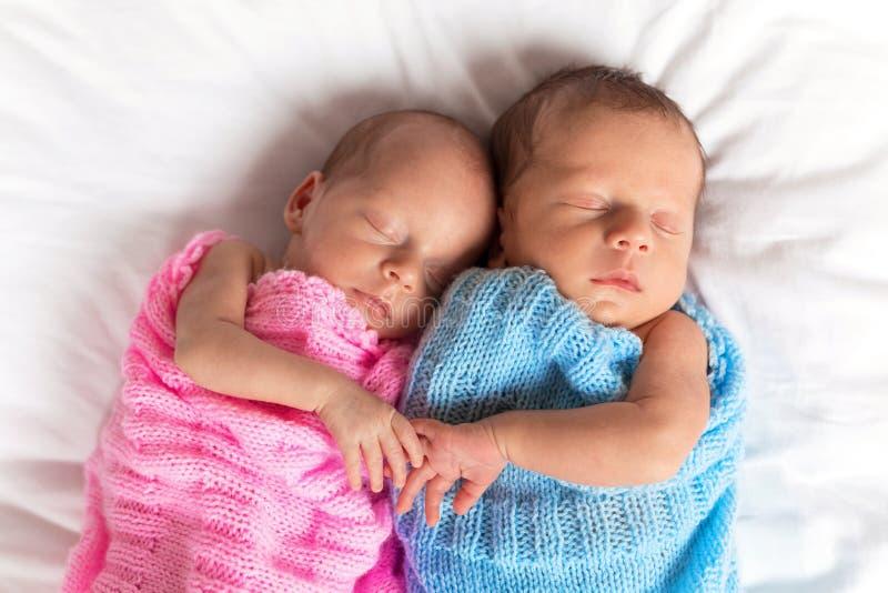 一起睡觉新出生的孪生 库存照片