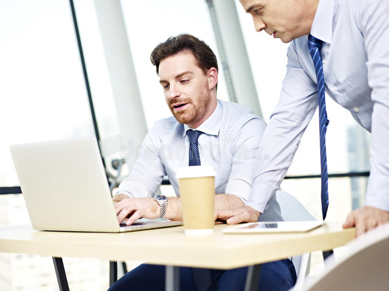 一起研究便携式计算机的公司人民 免版税库存图片