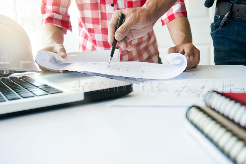 一起研究图纸建筑项目的建筑师 工程师团队工作概念 免版税库存照片
