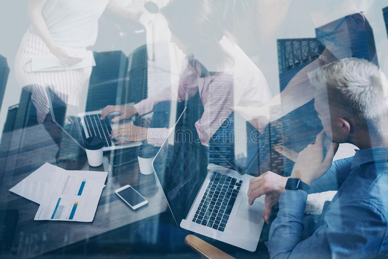一起研究新的起始的项目的年轻工友两次曝光在现代办公室 3d企业概念查出的会议回报白色 库存图片
