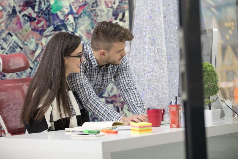 一起研究项目的企业夫妇在现代起始的办公室 库存照片