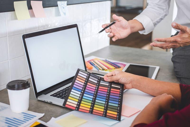 一起研究项目的年轻创造性的设计师配合和选择颜色选择着色的样片样品在数字 免版税图库摄影