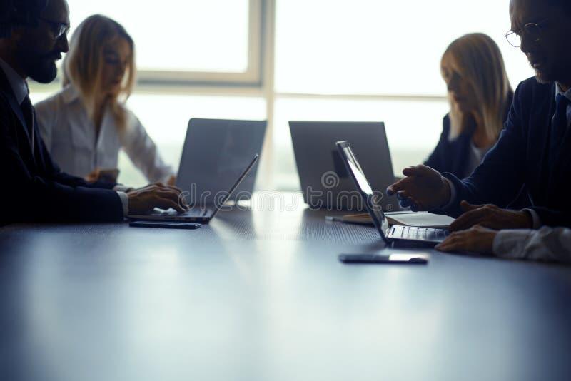 一起研究项目的Businessteam 免版税库存图片