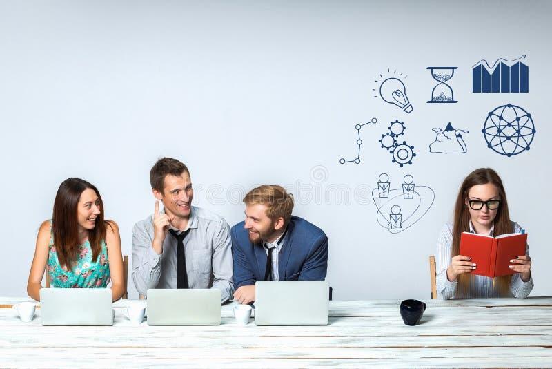一起研究他们的项目的企业队在办公室 免版税图库摄影