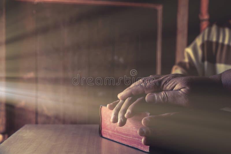 一起祈祷小组不同的人, 免版税图库摄影