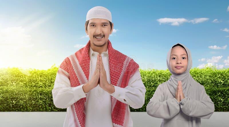 一起祈祷微笑的亚裔回教的父亲和的女儿 图库摄影