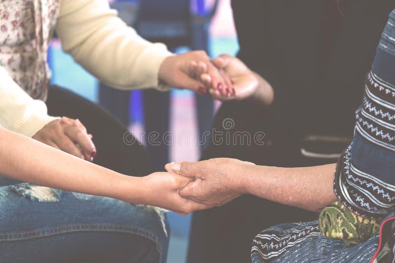 一起祈祷的妇女 免版税库存照片
