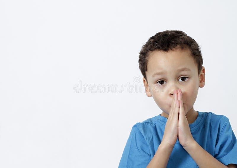 一起祈祷的小男孩用手 免版税库存图片