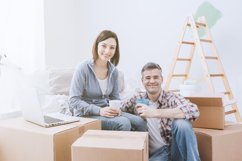 一起移动的夫妇  免版税库存照片