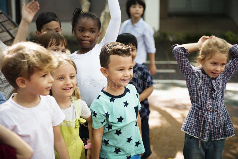 一起站立不同的孩子 免版税库存图片