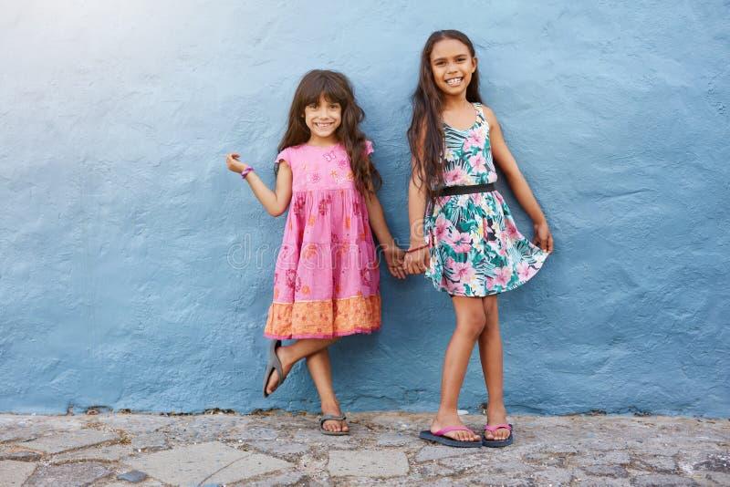 一起站立两个的小女孩 免版税库存照片