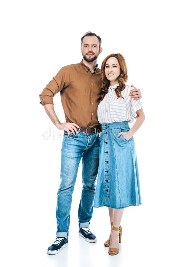 一起站立和微笑对照相机的美好的愉快的夫妇全长看法  库存图片