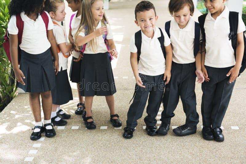 一起站立在scho的幼儿园学生 免版税库存照片
