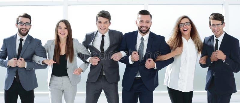一起站立成功的言词一致的企业的队 免版税图库摄影