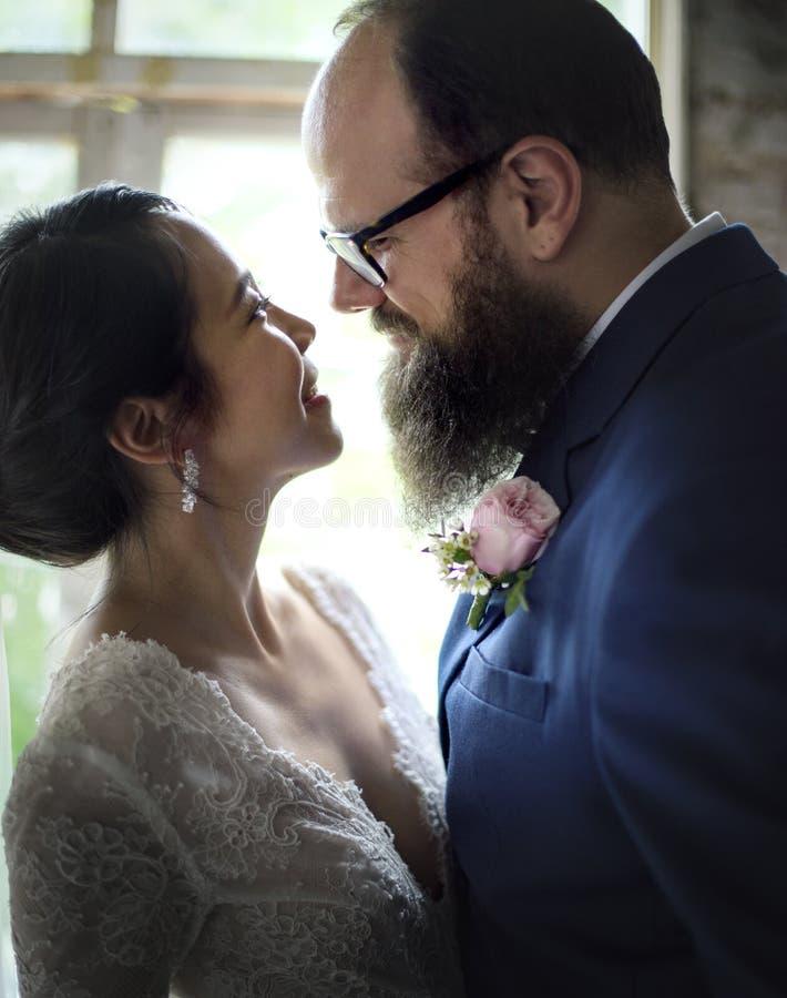 一起站立爱的新娘和新郎特写镜头  库存照片